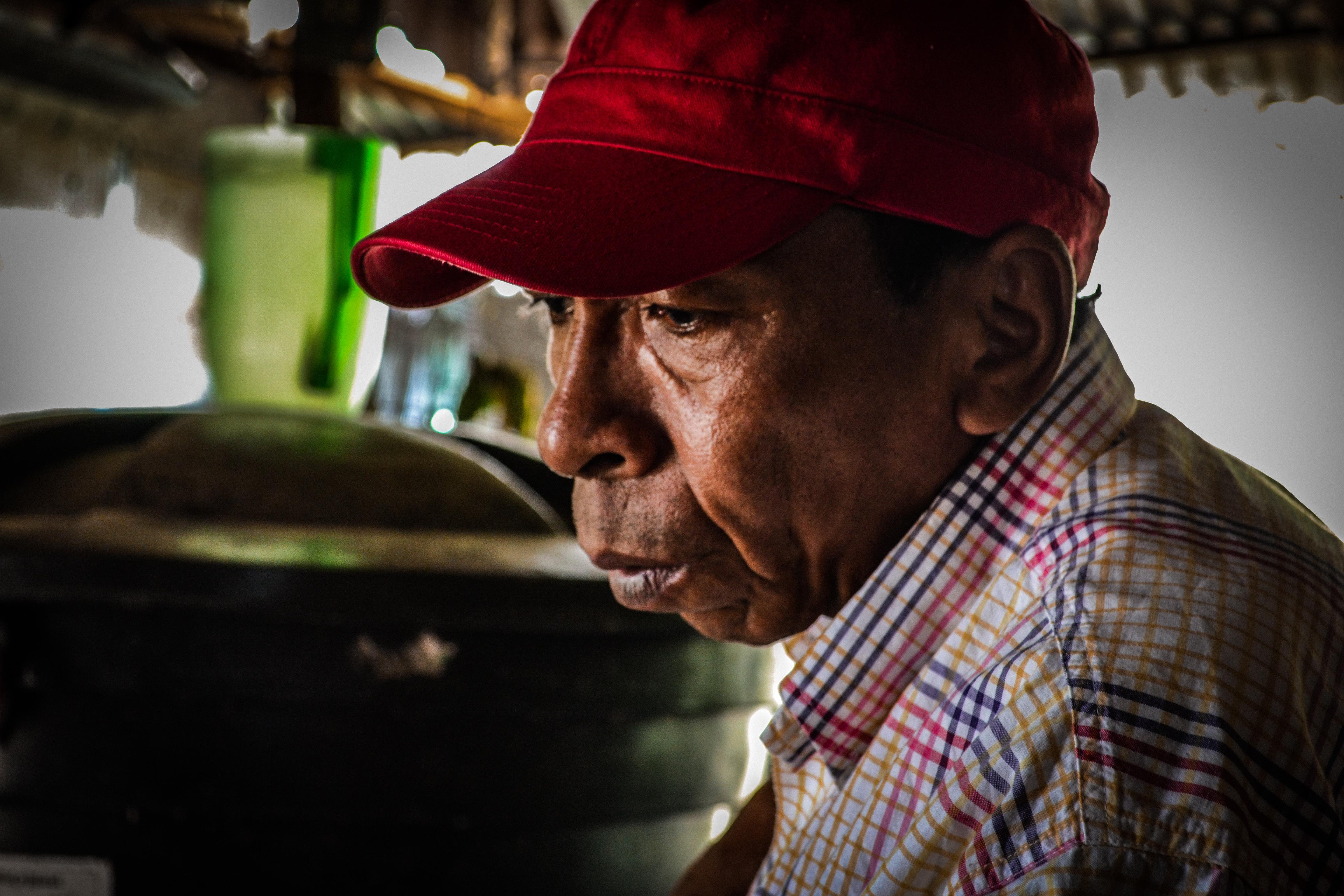 Del intento de homicidio que sufrió en 2016, a Narváez le quedaron serias limitaciones en el movimiento de sus manos. Foto. Jessica Santisteban.